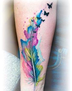 Feder mit Wasserfarbe-Effekt & Schmetterlinge am Unterarm