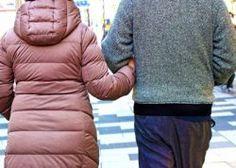 毎日、職場と自宅の往復では新しい出会いも限られてしまう。職場で毎日顔を合わせるうちに、同じ会社の人を好きになってしまうのも無理はない。実際、社内恋愛を経験している人は多い。ネット通販のフェリシモが調査
