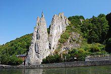 Photographie d'un rocher, assez impressionnant, au bord de la Meuse, pouvant évoquer un cheval bondissant vers les hauteurs. Le rocher Bayard de Dinant.