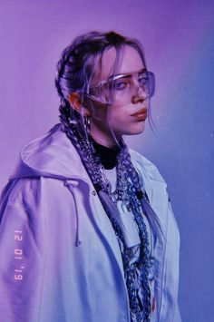 Billie Eilish is the hot, young, new artist that if you haven't listened to yet you better start now. Her music is so amazing it has made a name for itself but it's the Billie Eilish style that has made her stand out in the music scene even more. Billie Eilish, Pretty People, Beautiful People, Photographie Indie, Videos Instagram, Youtuber, Celebs, Celebrities, Portrait