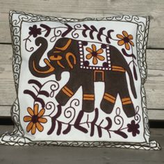 Geborduurde kussenhoes met olifant. Afm: 45 x 45 cm Nu voordelig geprijsd. Nepal