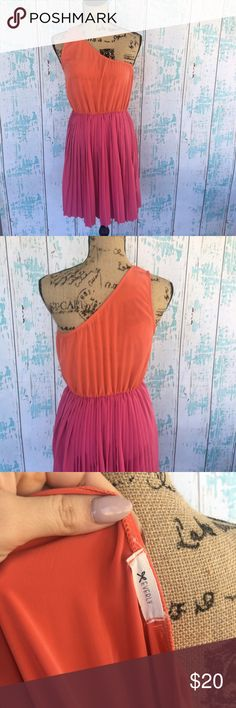 """Everly one shoulder dress from Nordstrom Everly one shoulder dress from Nordstrom. Size tag is missing but this mannequin is like a 6 and it runs big on it so I'd say it's probably a M/L  🍥Bundle deals available (I carry various sizes and brands in my closet): 2 items 10% off, 3 items 15% off, 4 items or more 20% off.  🍥No trades, modeling, or lowball offers please. 🍥All reasonable offers accepted only through """"offer"""" button. Please submit offer willing to pay as I prefer to not…"""