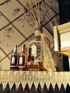 Fragranze e vecchi merletti... Peonia, la Fragranza d'Ambiente di Wally 1925 nella preziosa bottiglia magnum da 3 Lt. con bastoncini diffusori. www.wallystore.com