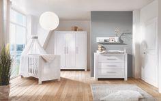 Nordic Kinderzimmer von Schardt. Kinderzimmer werden dreiteilig angeboten und beinhaltet das Kinderbett, die Wickelkommode und einen Kleiderschrank. Ist das Kind ungefähr 3 Jahre, dann kann man das Kinderbett in ein Juniorbett und die Wickelkommode in eine Kommode verwandeln. Die Umbauseiten für das Kinderbett werden kostenlos mitgeliefert. Passend zu den meisten Designs werden Standregale,