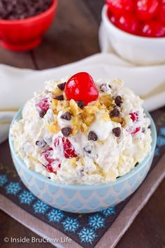 ☆☆BANANA SPLIT FLUFF SALAD☆☆ Nothing screams summer more than a banana split! This has all the flavors of a banana split are in this easy to make pudding salad. It is the perfect salad to add to … Dessert Crepes, Dessert Salads, Jello Salads, Dessert Table, Yummy Treats, Sweet Treats, Yummy Food, Delicious Recipes, Healthy Recipes