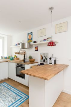 A white kitchen with wooden worktop and decorations do you want in your room? Home Kitchens, Kitchen Design Small, Kitchen Remodel, Kitchen Design, White Modern Kitchen, Kitchen Decor, Kitchen Furniture, Kitchen Interior, Minimalist Kitchen