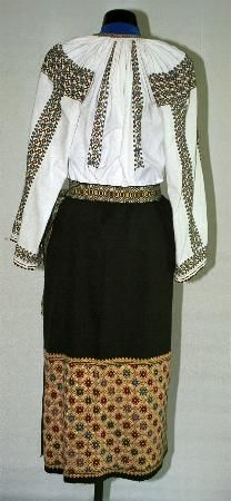 Popular Folk Embroidery Women's costume from county of Argeş Folk Embroidery, Learn Embroidery, Embroidery Stitches, Embroidery Patterns, Folk Costume, Embroidered Blouse, Embroidery Techniques, Costumes For Women, Fashion Art