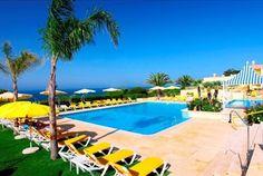 Situado no topo da falésia usufrua de uma vista maravilhosa sobre o Atlântico. No Hotel Baía Cristal 7 noites para 2 pessoas com pequeno almoço a partir de 609€! - Descontos Lifecooler