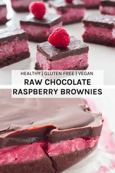 Raw Chocolate Raspberry Brownies These Raw Chocolate Raspberry Brownies will become your favourite Desserts Crus, Desserts Sains, Raw Vegan Desserts, Brownie Desserts, Raw Vegan Recipes, Vegan Treats, Gluten Free Desserts, Chocolate Desserts, Vegan Raw