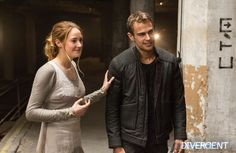 Shailene Woodley (Tris Prior) and Theo James (Tobias Eaton) behind the scenes Divergent. Divergent Film, Divergent Characters, Divergent Hunger Games, Divergent Fandom, Tfios, Fictional Characters, Theo James, Theo Theo, James 4