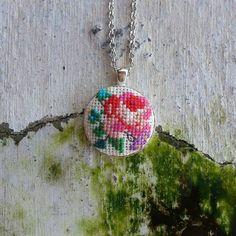Pek bir zariftir kendileri  #misscatdesign #crossstitch #crosswork #xstitch #kanaviçe #etamin #kolye #gül #necklace #rose #style #bohem #bohemian #handmade #colors #igersturkey #holiday #tatil #bodrum #handmadewithlove