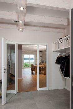 Schöner Eingangsbereich mit heller Holzdecke.. Architektenhaus
