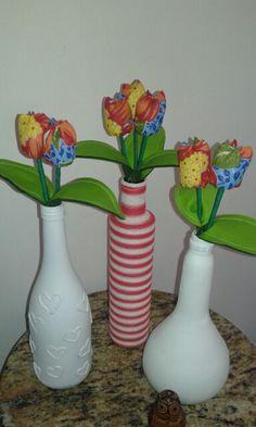 Reciclando com arte: Garrafas pintadas e forradas.