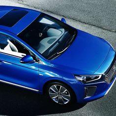 하이브리드 친환경자동차의 이미지와 청정하고 강렬한 파란색 칼라가 잘 어울린다.