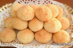 10 рецептов вкусного печенья, которое готовится 15 минут  1. Кокосовое печенье  Ингредиенты:  100 г муки 100 г сахара 200 г кокосовой стружки 2 яйца 1 ч. л. разрыхлителя  Приготовление:  Яйца взбить с сахаром. Добавить кокосовую стружку, перемешать. Всыпать муку с разрыхлителем, снова перемешать. Убрать тесто в холодильник на полчаса. Руки смочить водой и сформировать из теста печенье. Выпекать при температуре 180 градусов около 15 минут.  2. Яблочное печенье  Ингредиенты:  120 г сахара 1…