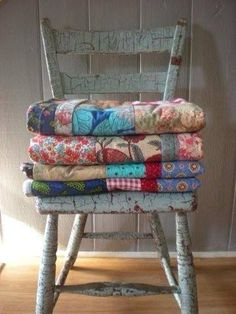 Love these vintage quilts stacked on an old chair ❤️❤️ Old Quilts, Antique Quilts, Vintage Quilts, Primitive Quilts, Shabby Chic Vintage, Love Vintage, Bedroom Vintage, Country Decor, Farmhouse Decor