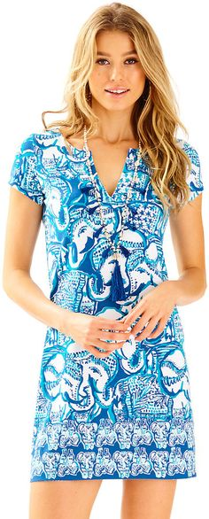 Stay chic and sun protected in the Lilly Pulitzer UPF Sophiletta Dress in Keep On Trunkin. The engineered print will stop traffic as you adventure. Casual Party Dresses, Beach Dresses, East Coast Style, Lilly Pulitzer Prints, Lily Pulitzer, Resort Wear For Women, Cute Rompers, Ultra Violet, Spring Fashion