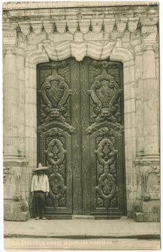 Casa de los Condes de Santiago de Calimaya, que desde 1960 se convirtió en sede del Museo de la Ciudad de México, ubicado en la calle de Pino Suárez # 30, a unas cuadras del Zocalo. Foto de Hugo Brehme.
