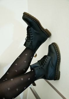 Doc Martens have been in style for almost 60 years, discover what made them so popular. We also discuss how to wear them in style! Sock Boots Outfit, Sock Shoes, Cute Shoes, Me Too Shoes, Shoe Boots, Ankle Boots, 90s Shoes, Dr. Martens, Doc Martens Stiefel