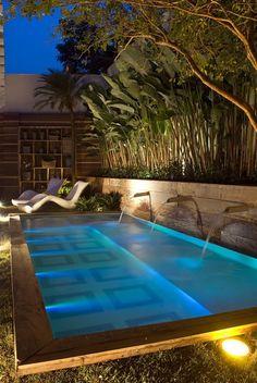 Существует множество вариантов дизайна домашнего бассейна. Португальская компания Sitio Prosperidade предлагает свое решение дизайна и освещения бассейна, в случае, если вам необходима его установка у стены.  Сам бассейн изготовлен из стекловолокна, и посажен на подготовленную железобетонную конструкцию в виде единой детали. Отделка натуральными материалами и оригинальная светодиодная подсветка бассейна изнутри создают неповторимую природную ауру.