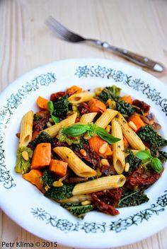 Testoviny s dýní, kapustou a sušenými rajčaty greenwayfood Vegan Dinners, Kung Pao Chicken, Ethnic Recipes, Food, Essen, Meals, Veggie Food, Yemek, Eten
