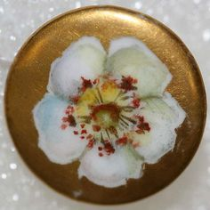 18th century American or British porcelain button from the collection of the Metropolitan Museum of Art