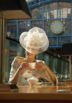 big and light - {details with love}: lovely little details - hats and fascinators - Ascot perfection Sombreros Fascinator, Fascinators, Headpieces, Estilo Lady Like, Look Retro, Church Hats, Fancy Hats, Kentucky Derby Hats, Wearing A Hat
