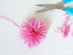 Découvrez comment faire des pompons en forme de coeur très simplement ! Une décoration toute douillette à faire avec quelques bouts de laine !