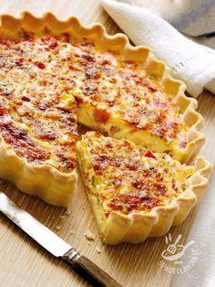 Quiche Lorraine - La base della Quiche Lorraine, piatto della cucina francese, è di pasta brisée, mentre il ripieno è a base di uova, parmigiano e pancetta affumicata. #quichelorraine