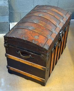 images of antique trunks   Vintage Trunk Coffee Table