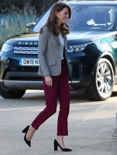 Kate Middleton Just Wore Our New Favourite Autumnal Colour Combination Kate Middleton stepped out wearing Joseph Trousers and a Smythe blazer creating our new favourite autumnal colour combination. Burgundy Pants Outfit, Colored Pants Outfits, Blazer Outfits, Burgundy Bag, Burgundy Fashion, Kate Middleton Outfits, Classic Outfits For Women, Color Combinations For Clothes, Outfits
