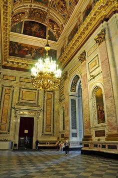 Interior da Catedral de Santo Isaac em São Petersburgo, Rússia. O interior da igreja, as  paredes e chão foram revestidos de mármores russos, italianos e franceses.  Fotografia: Dennis Jarvis no Flickr.