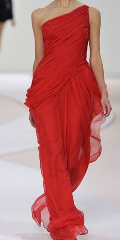 IF I had to walk over the red carpet, THIS would be the dress !!!