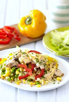 LAYERED SUMMER SALAD - A bright and crunchy salad packed with flavour that will definitely impress your guests! Cooking Classes, Summer Salads, Salad Dressing, Romantic Recipes, Layers, Vegetarian, Bright, Dishes, Dressings