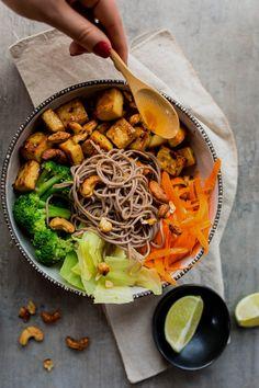Bol de nouilles soba au tofu Tofu Recipes, Asian Recipes, Vegetarian Recipes, Cooking Recipes, Healthy Recipes, Ethnic Recipes, Recipies, Batch Cooking, Food Preparation