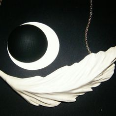 Piuma; collana in ceramica modellata e dipinta a mano