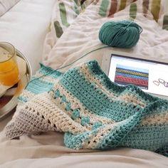 Allein daheim  Frühstück im Bett mit Häkelprojekt No. 3: #babydecke für den #junior #häkeln #handarbeit #crochetblanket  #baumwolle #breakfastforone #weekend by mondlatscher