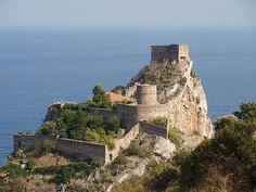 Il castello di Sant'Alessio Siculo...https://www.facebook.com/typicalsicily.it/photos/p.902423866483844/902423866483844/?type=1 … #typicalsicily #SantAlessioSiculo