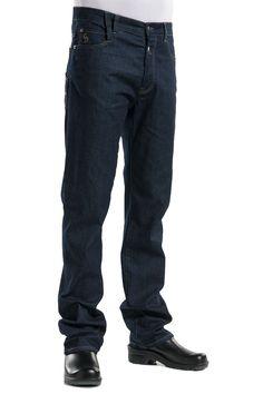 Este pantalón tejano de hombre pertenece a la Colección Pure Denim de Chaud Devant. Se ata mediante cuatro botones metálicos y dispone de pasadores para cinturón. Además, tiene un pasador más largo para poder colgar el paño de cocina. Es un pantalón de corte recto con dos bolsillos delanteros y dos posteriores, uno de ellos adaptado para llevar utensilios. #MasUniformes #RopaLaboral #UniformesDeTrabajo #VestuarioOnline #ChaudDevant