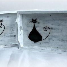 Plateaux en bois, peinte (acrylique), effet vieilli et décorée avec la technique du serviettage (serviette en papier collée). Fond du plateaux est protégé par une résine transparente et feuille adhésive, parce que les résines ne sont pas destinées à être mis en contact avec les aliments.   Dimension:  L: 22 cm  l: 13 cm  H: 3 - 4,5 cm