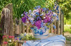 Ein Schmalztopf gehört zum Landleben einfach dazu. Das Blau der Malerei findet sich in den Blüten von Phlox, Eisenhut, Kornblumen und Borretsch wieder