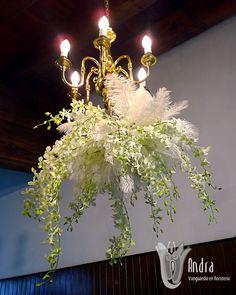 Arreglo floral colgante con orquídea dendrobium.