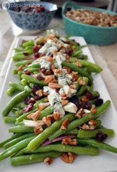 Ensalada de ejotes con arándanos, nuez y queso azul www.pizcadesabor.com Veggie Recipes, Salad Recipes, Vegetarian Recipes, Cooking Recipes, Healthy Recipes, Healthy Snacks, Healthy Eating, Deli Food, I Love Food