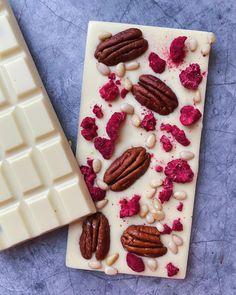 Homemade Chocolate Bark, Hot Chocolate Gifts, Chocolate Almond Bark, Chocolate Candy Recipes, Chocolate World, Chocolate Sweets, Chocolate Bomb, Food Business Ideas, Fondant Cake Designs