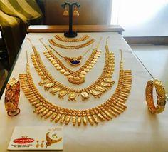Gold Bridal Jewellery Sets, Indian Wedding Jewelry, Wedding Jewelry Sets, Gold Bangles Design, Gold Jewellery Design, Gold Jewelry, Kerala Jewellery, Jewelry Patterns, Kasavu Saree
