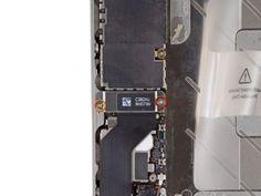 Verwijder de volgende schroeven waarmee de dock aansluiting kabel cover aan het logic board bevestigd zit:  Een 1.5 mm Phillips schroef en een 1.2 mm Phillips schroef
