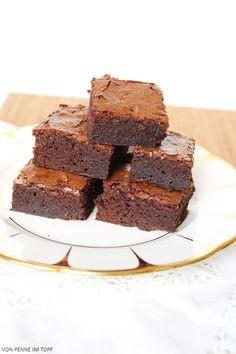 Klassische Brownies:  115 g dunklere Schokolade oder Kuvertüre (über 50 %) 115 g Butter 150 g Brauner Zucker 25 g Weißer Zucker 1 Prise Salz 3 Eier 2 El Kakaopulver 95 g Mehl