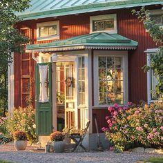 Verandan i sensommar. Foto: Erika Åberg #gamla #hus #trädgårdar #rödfärg…