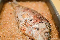 Današnju trpezu za Badnje veče obogatite jednim sjajnim posnim jelom, a reč je o šaranu pečenom na postelji od karamelizovanog luka. Otkrijte kako se jednostavno priprema šaran.