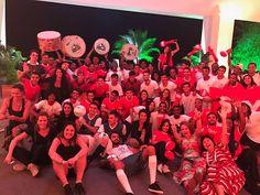 ativação performance flash mob com 64 artistas em cena especialmente elaborada para festa de encerramento convenção sky. Show tematico tudo vira futebol.